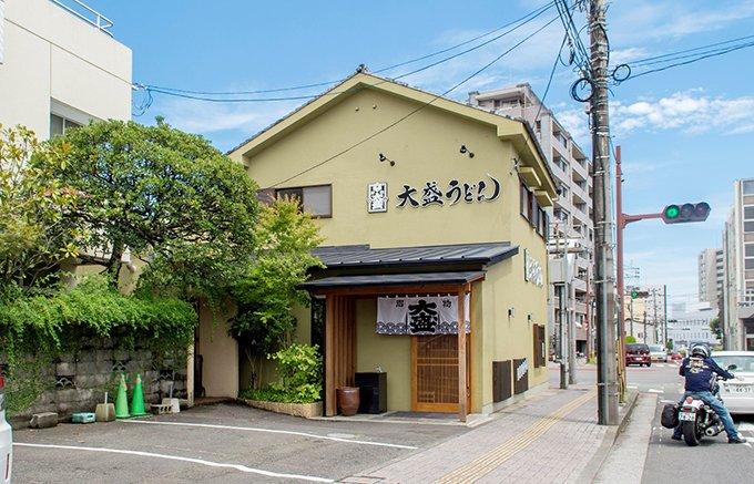 宮崎の100年を越えるユニークな老舗「大盛うどん」の半生うどん