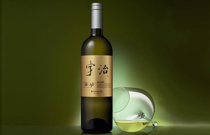 ワイングラスに注いでいただく20日以上の工程を経て生まれる「本物の宇治茶」
