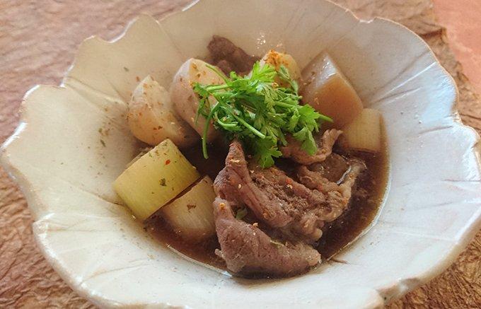 芋煮に必要な材料と自慢の地酒入り「特製芋煮のたれ」が全部入った「山形芋煮セット」