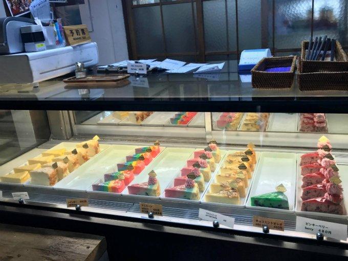 学芸大学駅の古民家カフェで見つけた!鮮やかレインボーカラーのチーズケーキ