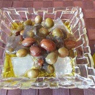オリーブオイルをかけて食べる、黒蜜和菓子の進化形「たねやの豆寒天」
