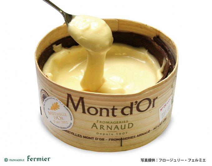 フランスの冬の風物詩。スプーンですくうチーズ「モン・ドール」