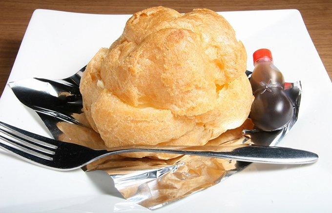 【長崎・佐世保】昭和20年代から人気No.1「蜂の家」のジャンボシュークリーム