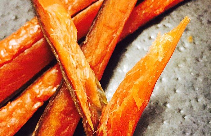 噛むほどに旨味が溢れだす。秋鮭の聖地・枝幸町の最高級鮭とば「メジカ鮭の燻製」