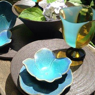 食卓に彩を添える!季節の草花をモチーフにした「TSUNE」の器