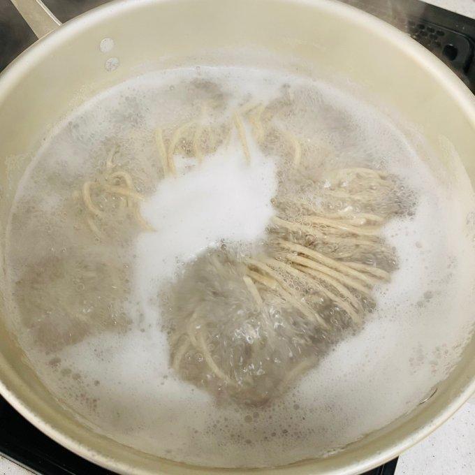 まさかこの味が自宅で!? 「なぜ蕎麦にラー油を入れるのか。」の肉そばをお取り寄せ