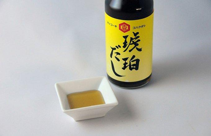 原材料シンプルな黄金色をした大久保醸造店の「琥珀だし」