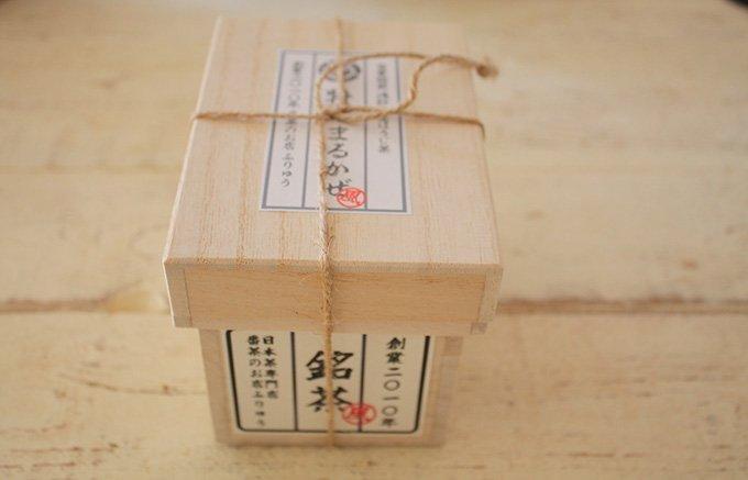 小さな茶箱に炒りたてを入れる、月に1度の予約販売ほうじ茶「まるかぜ」