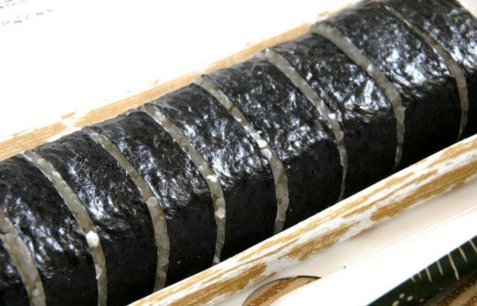 分厚くカットされた本タラバガニ使用の「かに太巻寿司」に嬉しくなる