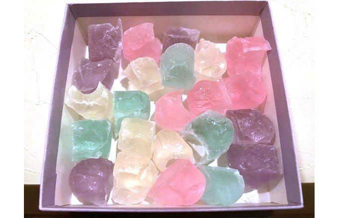 儚く美しい食べられる宝石、三英堂の氷室で涼をお福分け