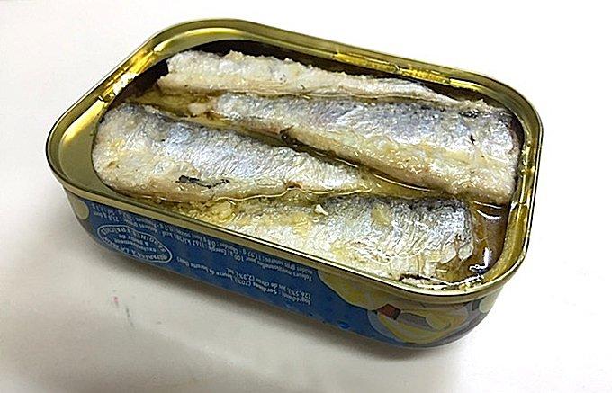 たっぷりのバターに包まれた風味豊かなバターサーディンの缶詰