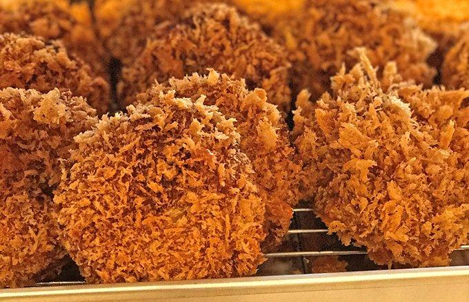 揚げたてを買ったら外で食べたい!黒毛和牛にしおか麻布本店「和牛 メンチカツ」