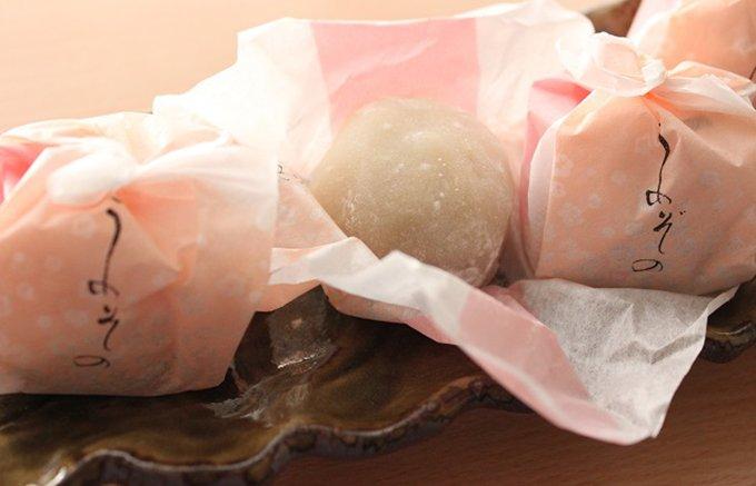 蜜煮の梅が丸ごと入ったとても上品な越中銘菓「万葉の梅園」
