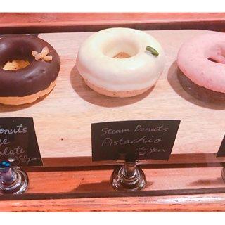 人気コーヒー屋さんのスチームドーナツは、ホワイトチョコとピスタチオが絶妙!