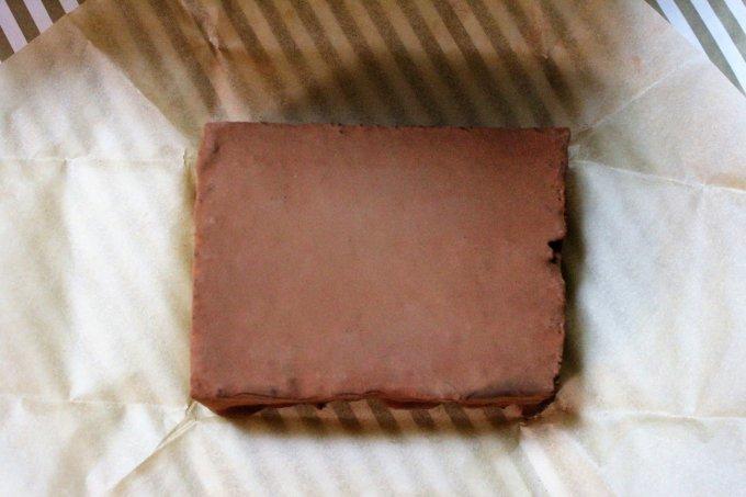 まるでレンガ?鹿児島で生まれた「チョコレンガ」 パリッの後はふわっと食感。