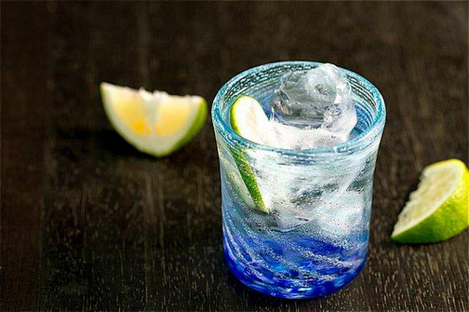 沖縄の海を感じさせる深い青色が印象的な琉球ガラス