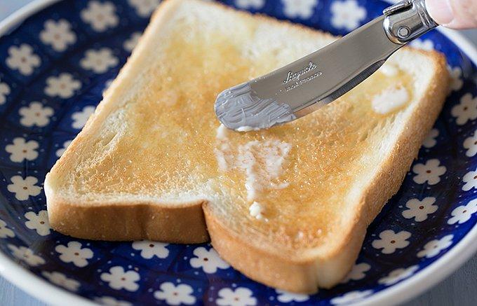トーストにシンプルな味わいのベイクドビーンズ缶で、イギリス風朝食を