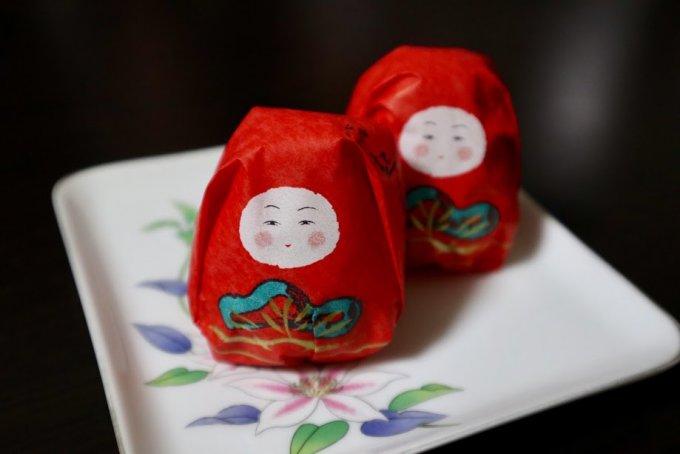 思わず食べるのを躊躇しそう!深紅の包みが目にも鮮やかな起き上がりこぼし最中
