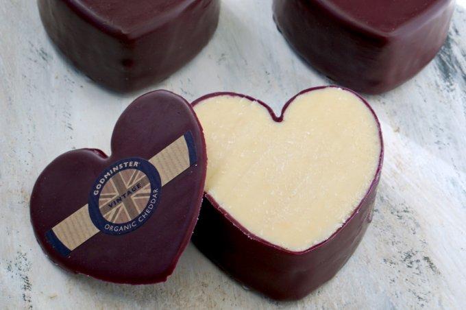 一見まるでチョコレート!ハート型のチーズ「オーガニック・ヴィンテージ・チェダー」
