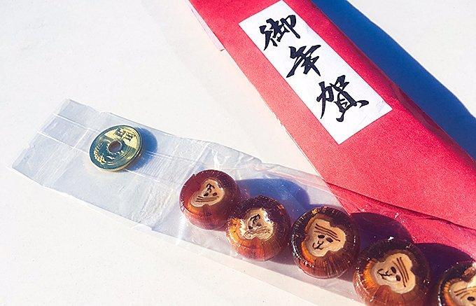 美しきご縁(五円)と共に差し上げる!5匹の猿が愛らしい金沢森八の御年賀飴