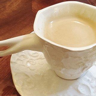 セクシーキュートの足つきカップ!英国のシニカルジョークを体験
