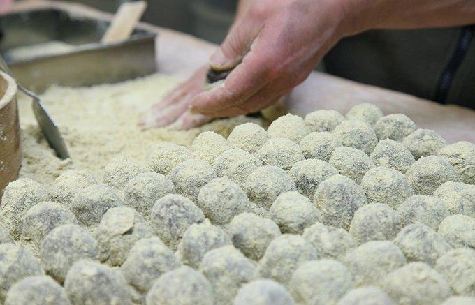 驚きの柔らかさ!本わらび粉を使った、十四代続く老舗「村田文福老舗」の月窓餅