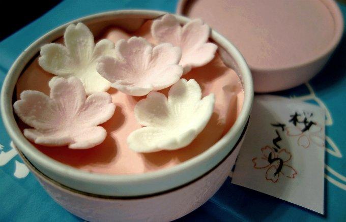 京都の老舗和菓子店が作る、桜の花びらをかたどった繊細かつ美しき「干菓子」